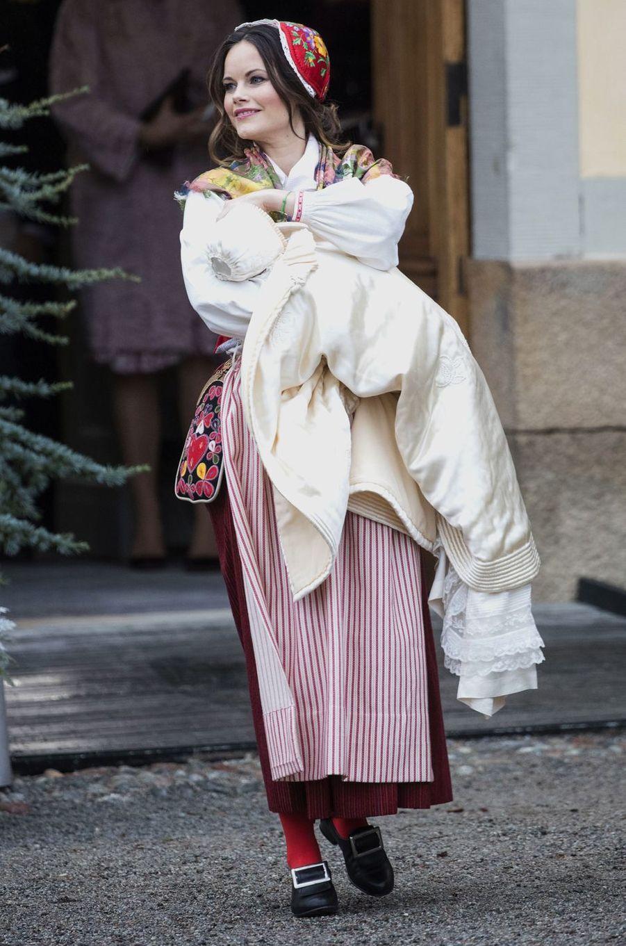 La princesse Sofia de Suède en tenue folklorique au baptême de son fils le prince Gabriel, le 1er décembre 2017