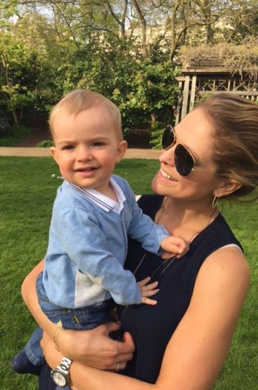 Le prince Nicolas de Suède avec sa maman, photo postée par la princesse Madeleine sur Facebook le 8 mai 2016