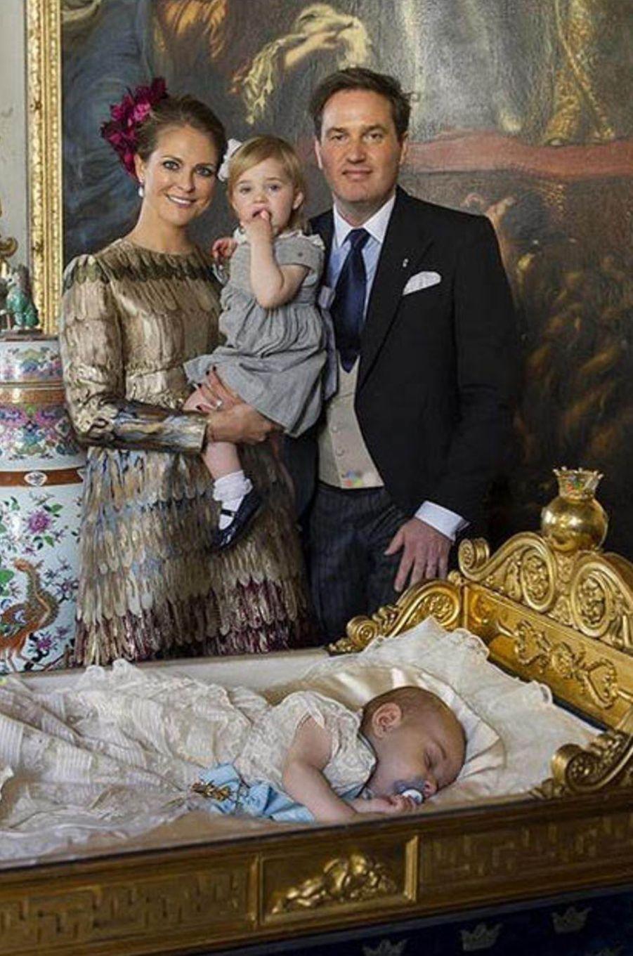 Le prince Nicolas de Suède avec ses parents et sa soeur la princesse Leonore le jour de son baptême, le 11 octobre 2015