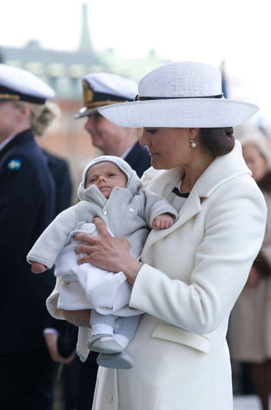Le prince Oscar dans les bras de sa maman la princesse Victoria de Suède à Stockholm, le 30 avril 2016