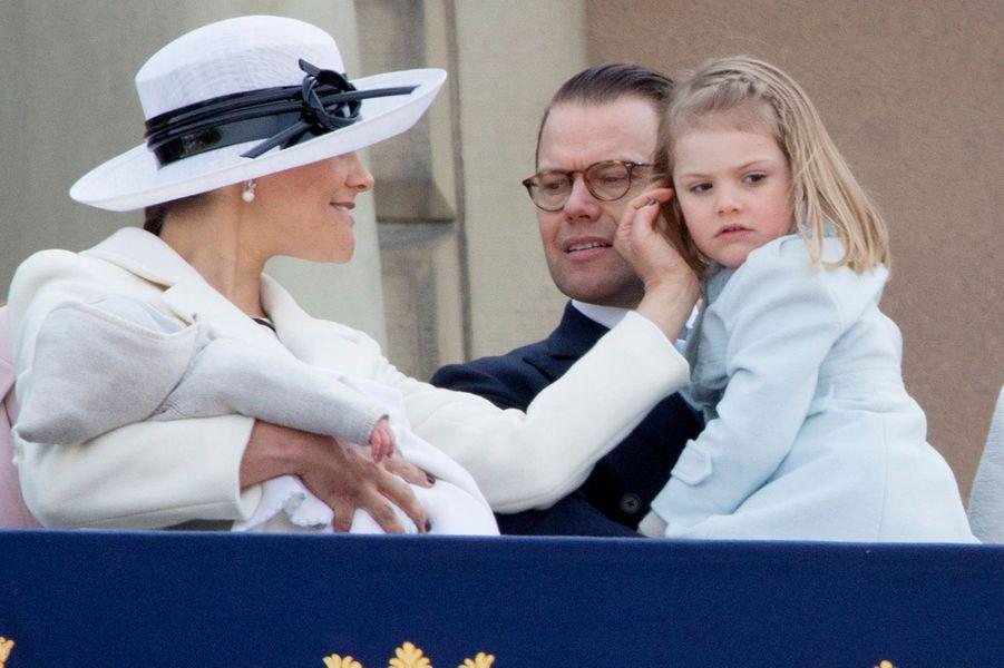 Le prince Oscar de Suède avec ses parents Victoria et Daniel et sa soeur Estelle à Stockholm, le 30 avril 2016