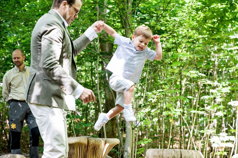 Le prince Oscar de Suède avec son père le prince Daniel en Scanie, le 17 juin 2019