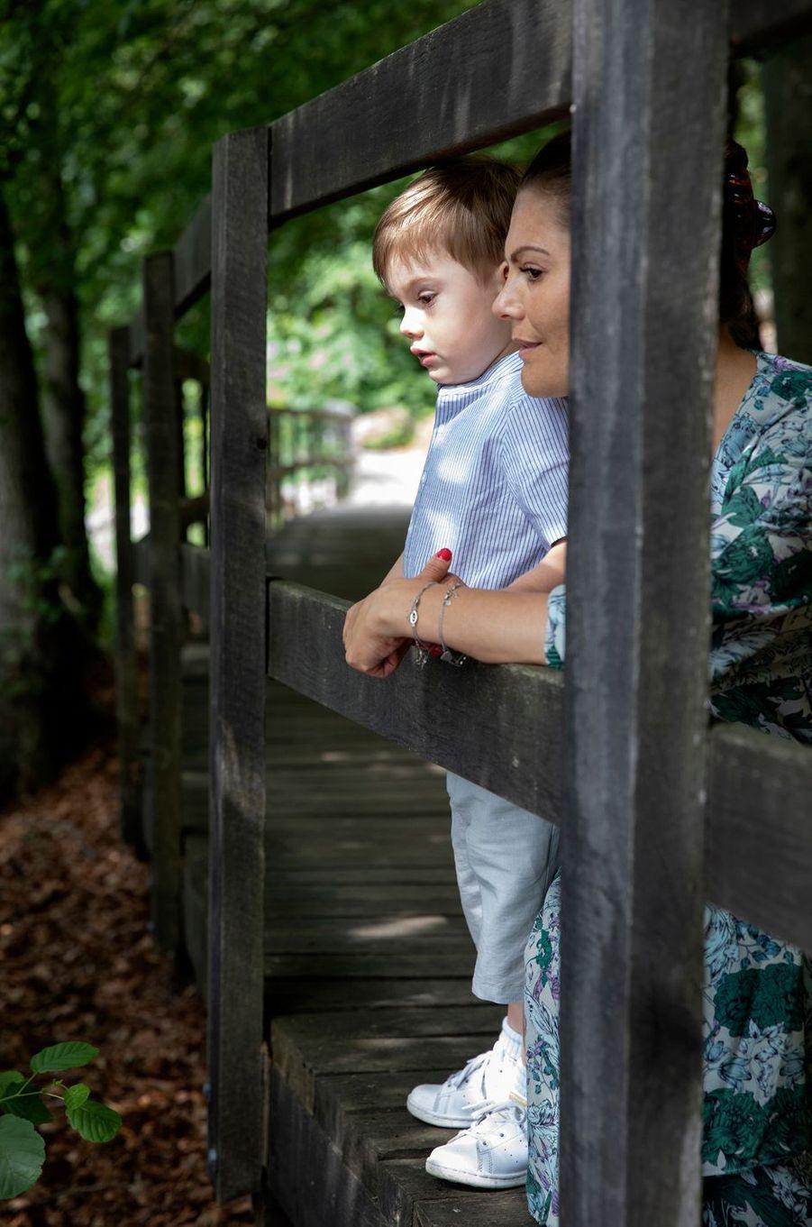 Le prince Oscar avec sa mère la princesse Victoria de Suède en Scanie, le 17 juin 2019