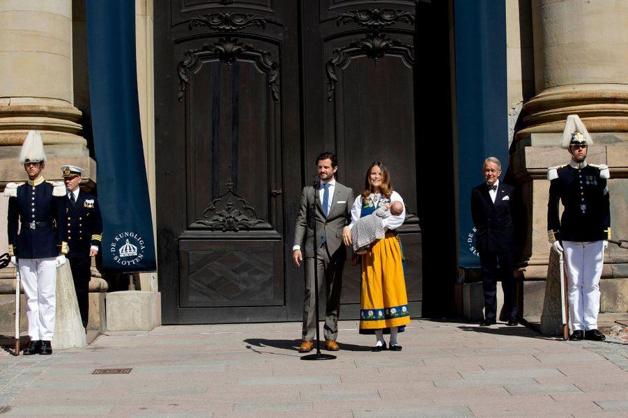 La princesse Sofia et le prince Carl Philip de Suède avec leur fils le prince Alexander à Stockholm, le 6 juin 2016