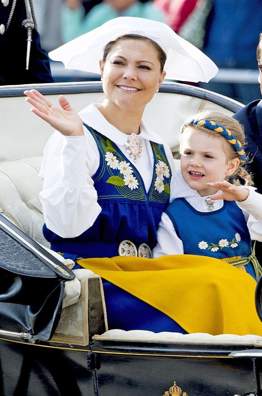 La princesse Victoria de Suède avec la princesse Estelle à Stockholm, le 6 juin 2016