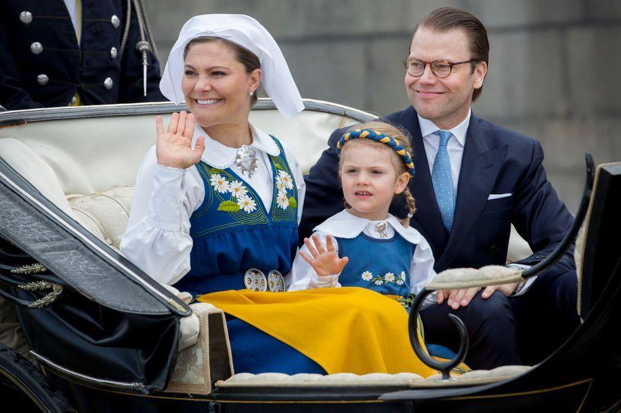 La princesse Victoria de Suède et le prince consort Daniel avec la princesse Estelle à Stockholm, le 6 juin 2016
