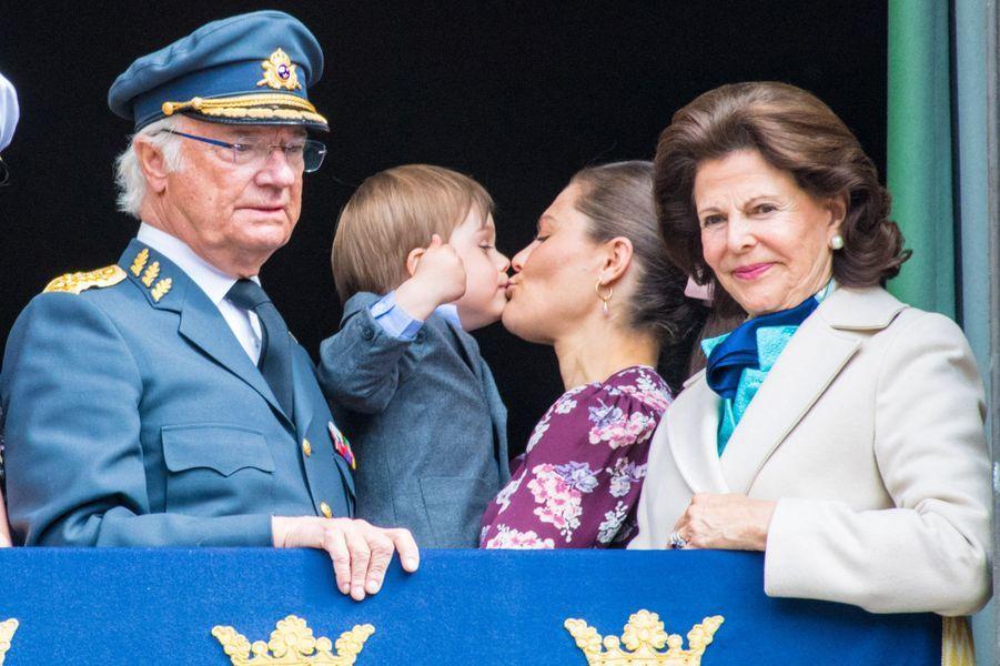 Le prince Oscar avec la princesses Victoria, le roi Carl XVI Gustaf et la reine Silvia de Suède à Stockholm, le 30 avril 2019