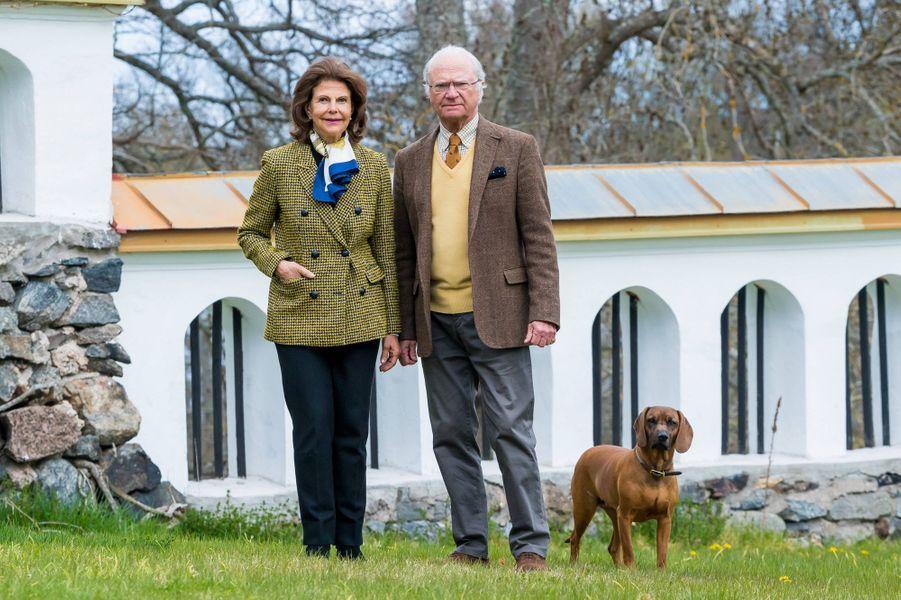 La reine Silvia et le roi Carl XVI Gustaf de Suède avec leur chien Brandie au château de Stenhammar à Flen, le 29 avril 2020