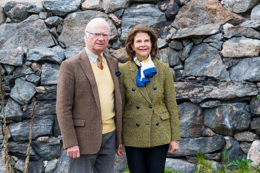 Le roi Carl XVI Gustaf de Suède et la reine Silvia au château de Stenhammar à Flen, le 29 avril 2020
