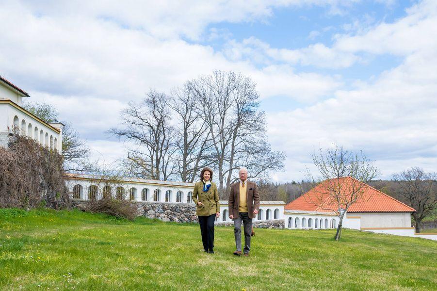 La reine Silvia et le roi Carl XVI Gustaf de Suède au château de Stenhammar à Flen, le 29 avril 2020