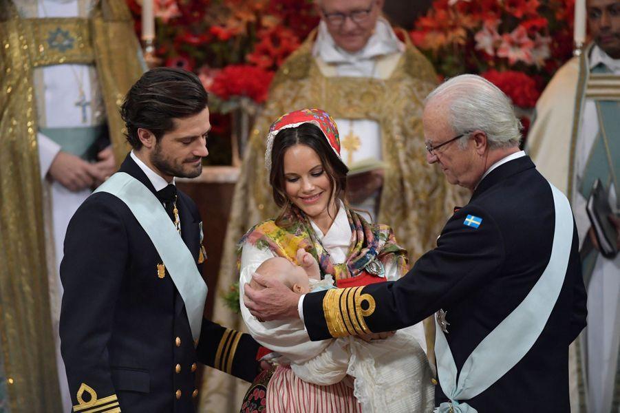 Le prince Gabriel de Suède avec ses parents et son grand-père, le 1er décembre 2017