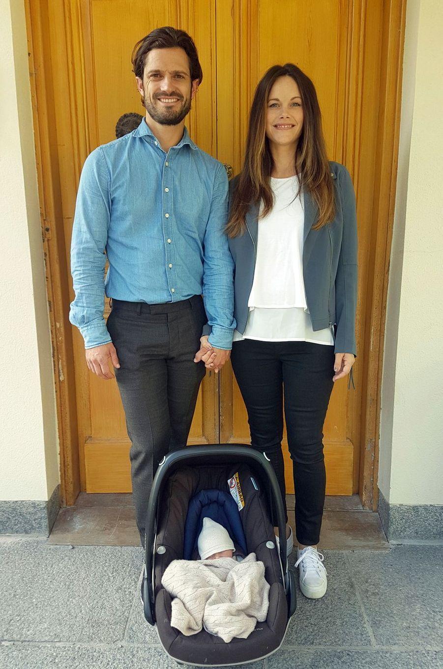 Le prince Gabriel de Suède à 1 jour, le 1er septembre 2017, à la sortie de la maternité avec ses parents