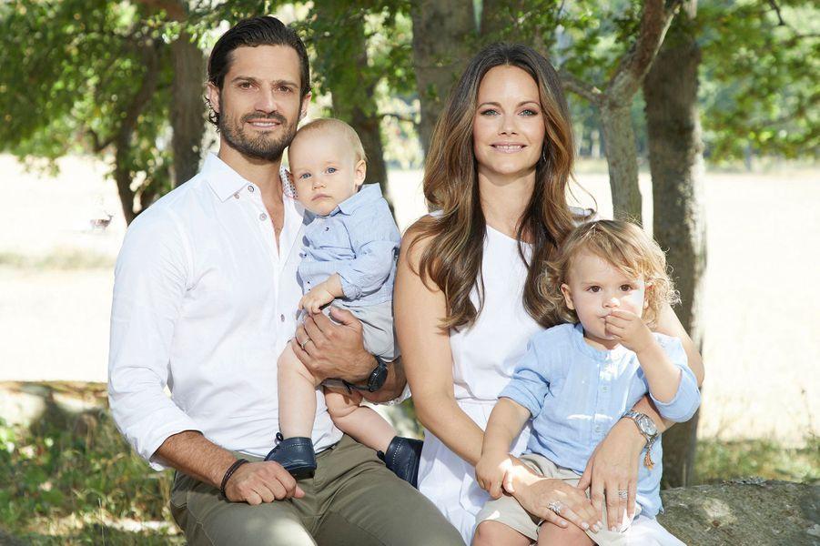 Le prince Gabriel de Suède avec ses parents et son grand frère le prince Alexander, à l'été 2018