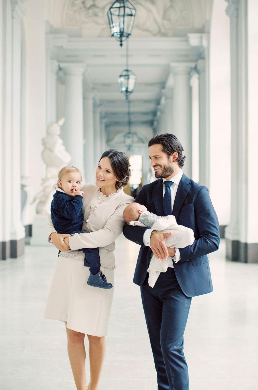 Le prince Gabriel de Suède avec ses parents et son grand frère le prince Alexander, en septembre 2017