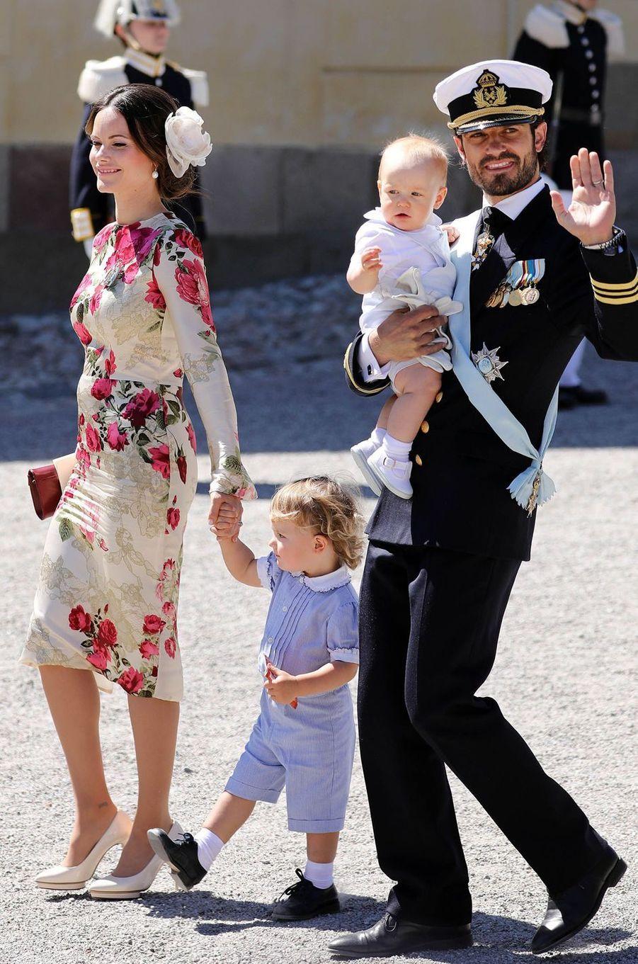 Le prince Gabriel de Suède avec ses parents et son grand frère le prince Alexander, le 8 juin 2018