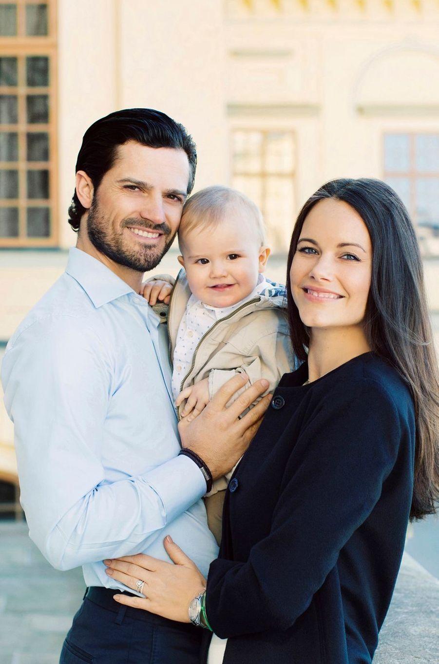 Le prince Alexander de Suède avec ses parents la princesse Sofia et le prince Carl Philip. Photo diffusée le 19 avril 2017