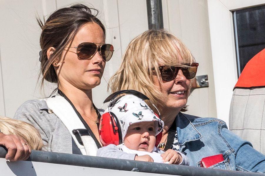 Le prince Alexander de Suède avec sa mère la princesse Sofia et sa grand-mère Marie Hellqvist, le 14 août 2016