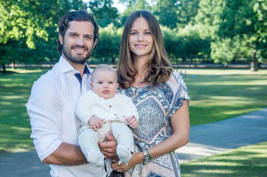 Le prince Alexander de Suède avec ses parents la princesse Sofia et le prince Carl Philip. Photo diffusée le 22 août 2016