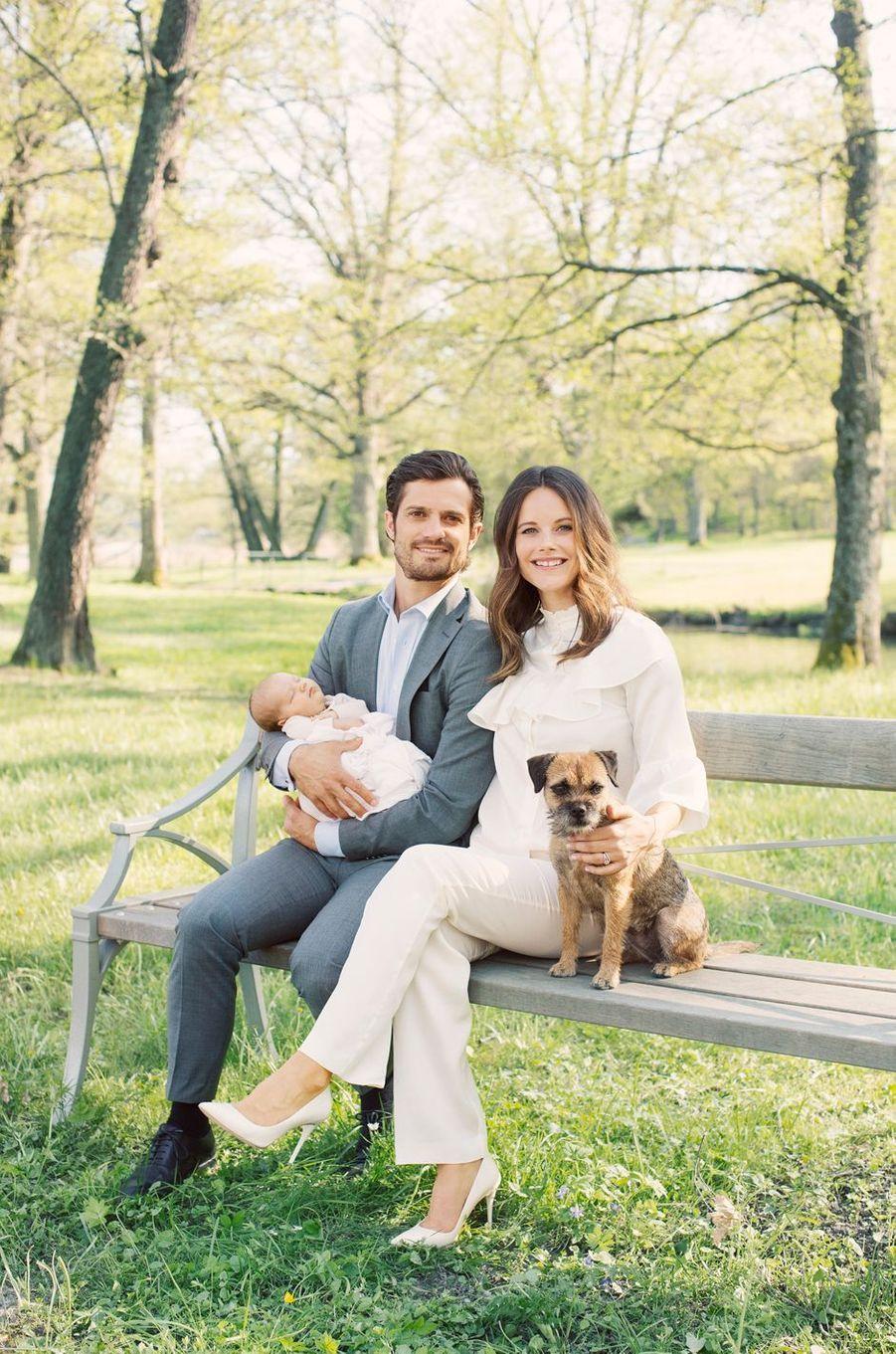 Le prince Alexander de Suède avec ses parents et leur chien Siri. Photo diffusée le 13 mai 2016