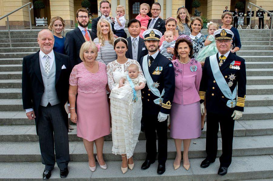 Le prince Alexander de Suède avec ses parents, la famille royale suédoise, celle de la princesse Sofia et ses parrains et marraines, le 9 septembre 2016