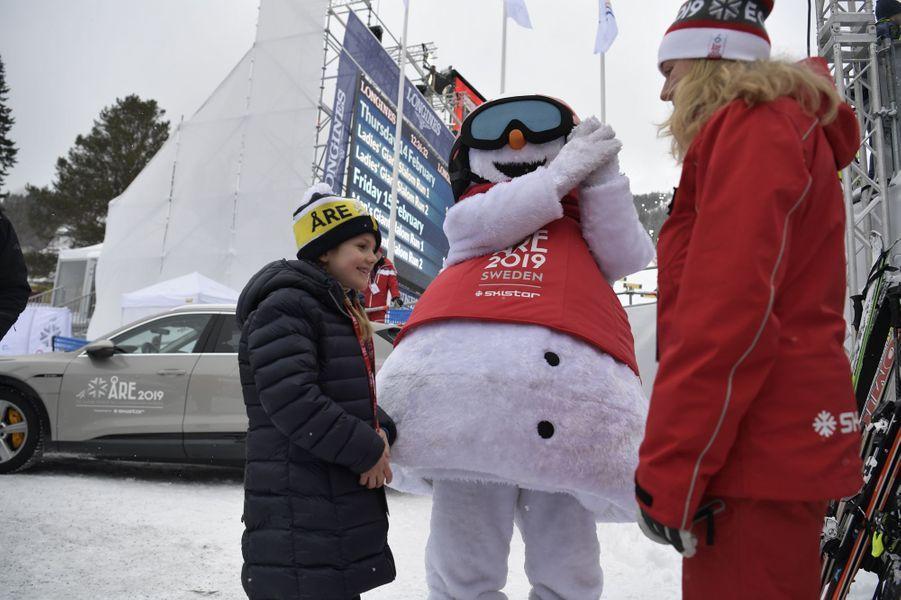 La princesse Estelle de Suède avec la mascotte des Mondiaux de ski alpin à Are, le week-end des 9 et 10 février 2019