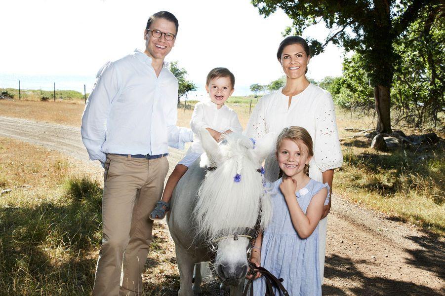 La princesse Victoria de Suède, le prince consort Daniel, la princesse Estelle et le prince Oscar sur l'île d'Oland, été 2018