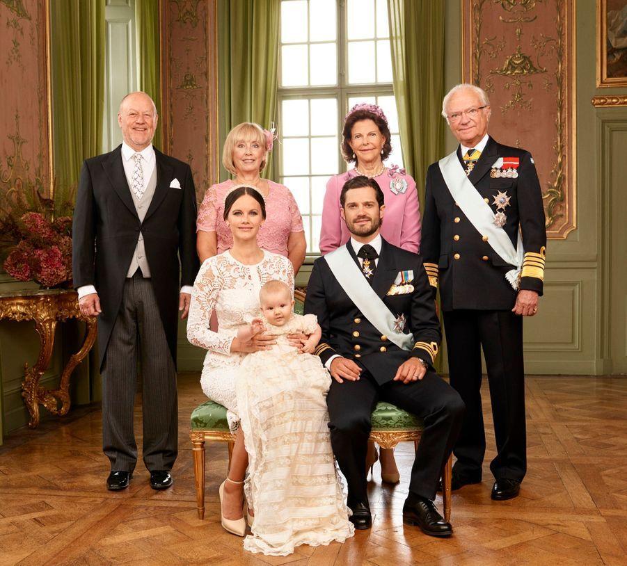 Alexander de Suède avec ses parents et ses grands-parents : le roi Carl XVI Gustaf de Suède et son épouse la reine Silvia, et les parents de Sofia, Marie Britt Rotman et Erik Oscar Hellqvist