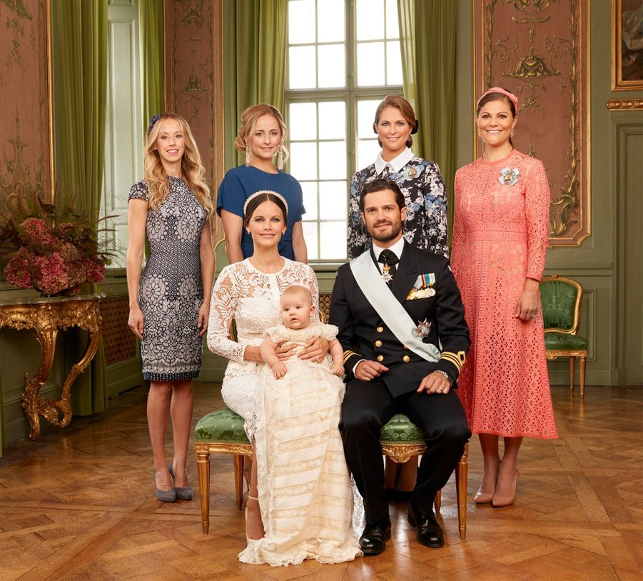 Le prince Alexander de Suède avec ses tantes, les princesses Madeleine et Victoria, et les deux soeurs de Sofia, Lina et Sara.