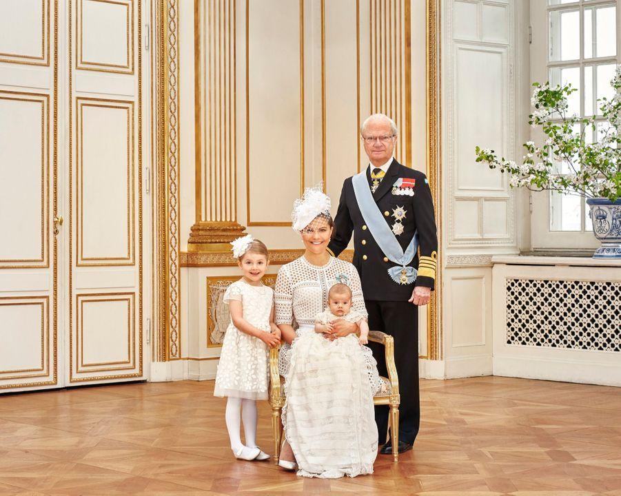 Les photos officielles du baptême du prince Oscar de Suède