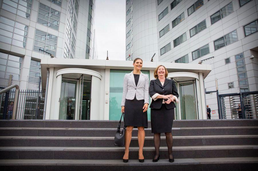 La princesse Victoria de Suède avec Silvia Fernandez de Gurmendi à la Cour pénale internationale à La Haye, le 22 avril 2015