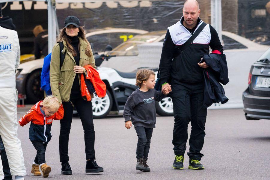 La princesse Sofia de Suède avec ses fils les princes Alexander et Gabriel sur le circuit de Mantorp, le 3 octobre 2020