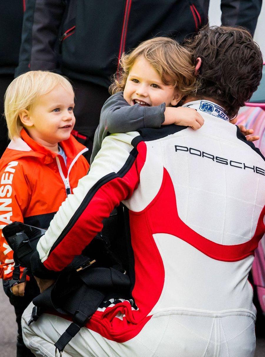 Le prince Carl Philip de Suède avec ses fils les princes Alexander et Gabriel sur le circuit de Mantorp, le 3 octobre 2020