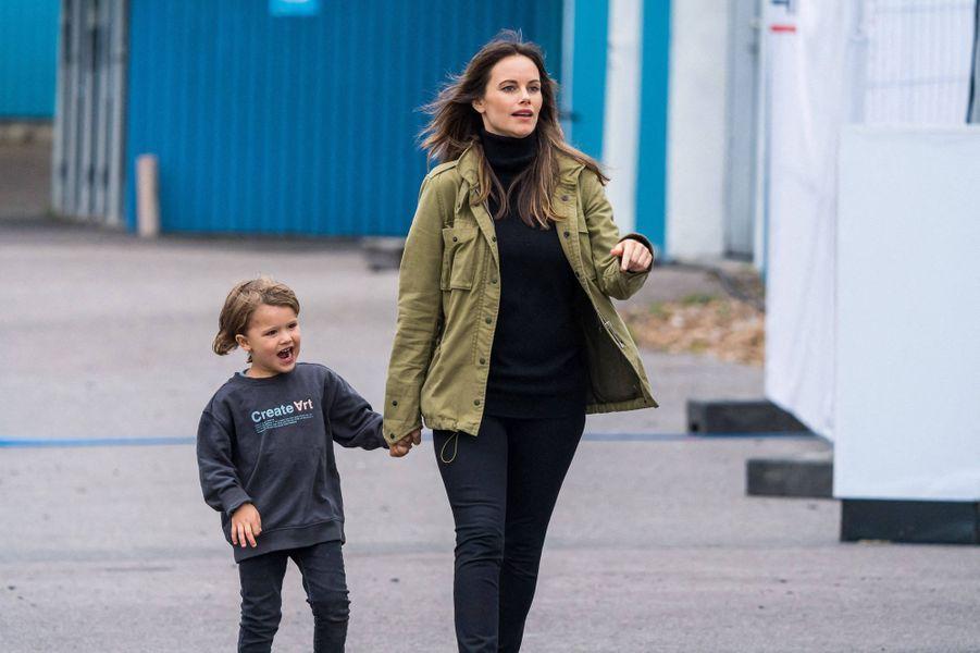 La princesse Sofia de Suède et son fils aîné le prince Alexander sur le circuit de Mantorp, le 3 octobre 2020