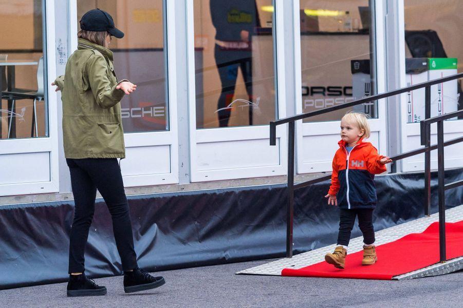 La princesse Sofia de Suède et son fils cadet le prince Gabriel sur le circuit de Mantorp, le 3 octobre 2020