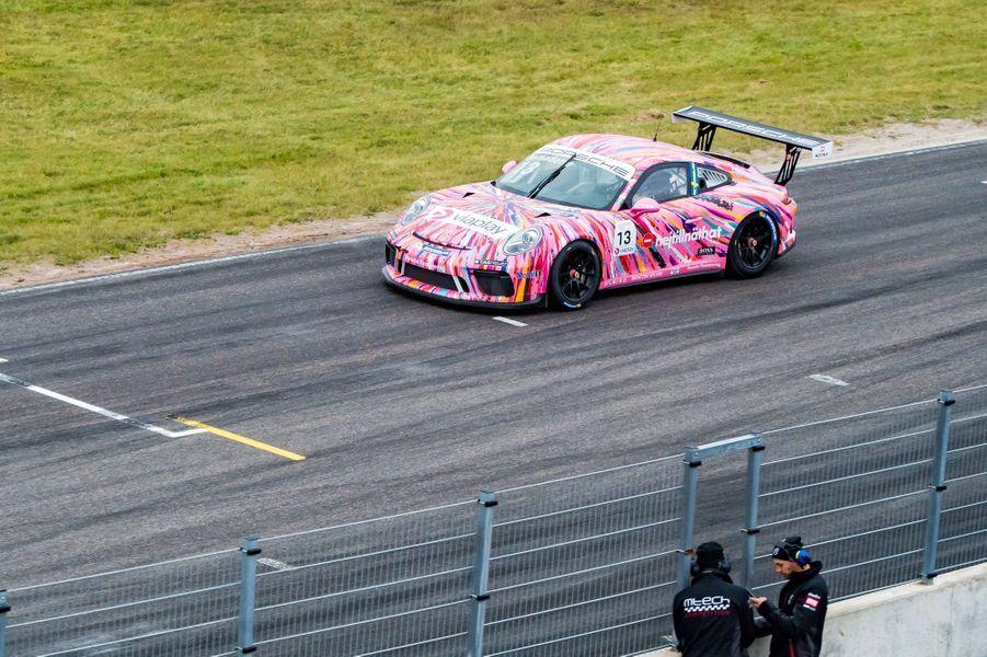 Le prince Carl Philip de Suède au volant de sa Porsche rose sur le circuit de Mantorp, le 3 octobre 2020