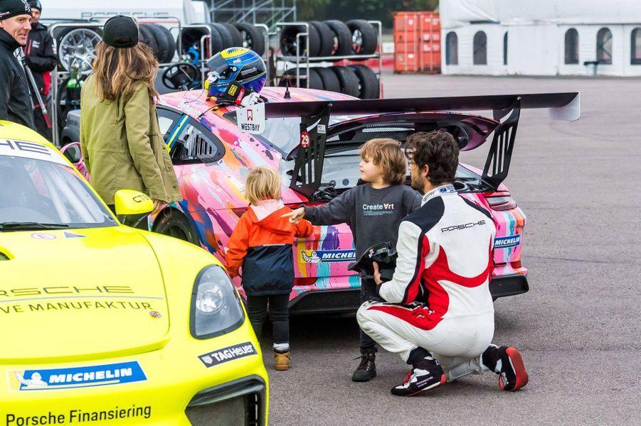 La princesse Sofia et le prince Carl Philip de Suède avec leurs fils les princes Alexander et Gabriel sur le circuit de Mantorp, le 3 octobre 2020