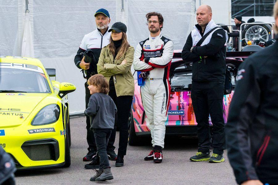 La princesse Sofia et le prince Carl Philip de Suède avec leur fils aîné le prince Alexander sur le circuit de Mantorp, le 3 octobre 2020