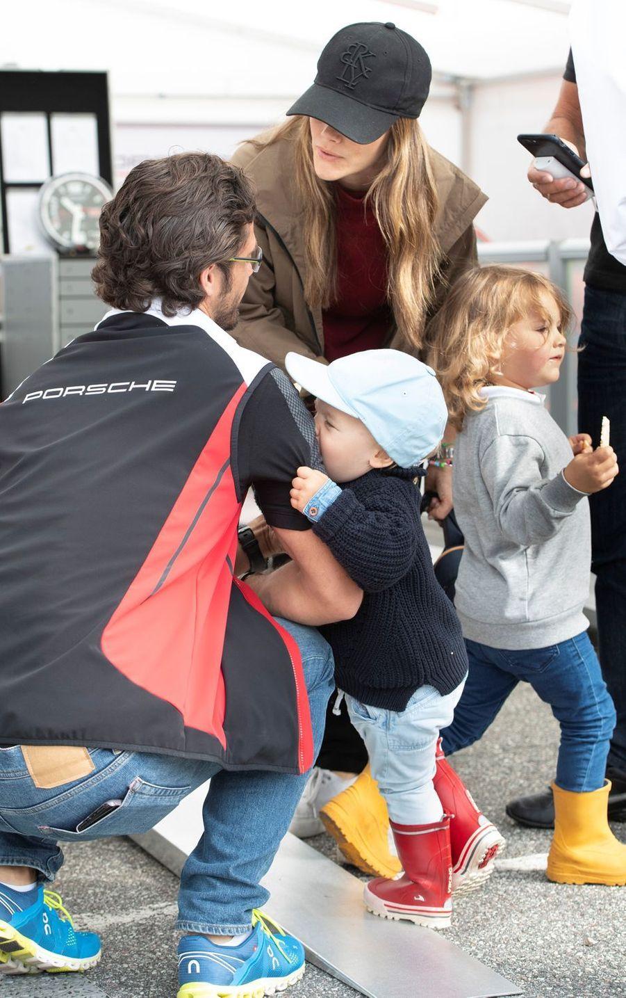 La princesse Sofia et le prince Carl Philip de Suède avec leurs fils les princes Alexander et Gabriel sur le circuit suédois de Gellerasen, le 18 août 2019