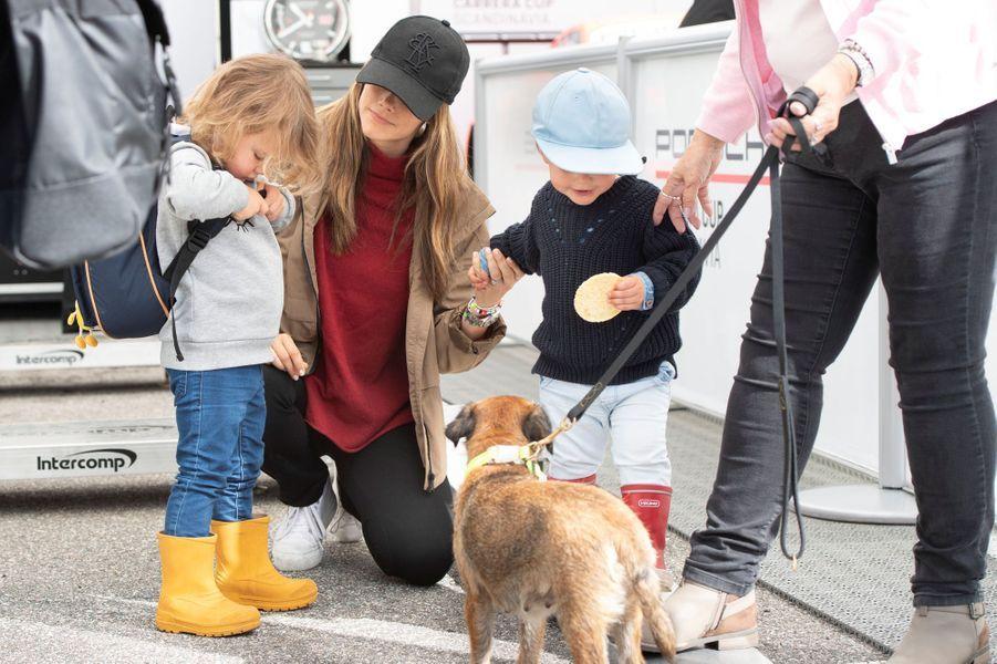 La princesse Sofia de Suède avec ses fils les princes Alexander et Gabriel et son chien sur le circuit suédois de Gellerasen, le 18 août 2019