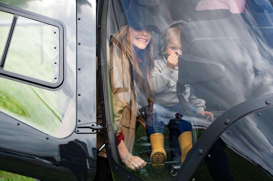 La princesse Sofia et le prince Alexander de Suède dans un hélicoptère sur le circuit suédois de Gellerasen, le 18 août 2019