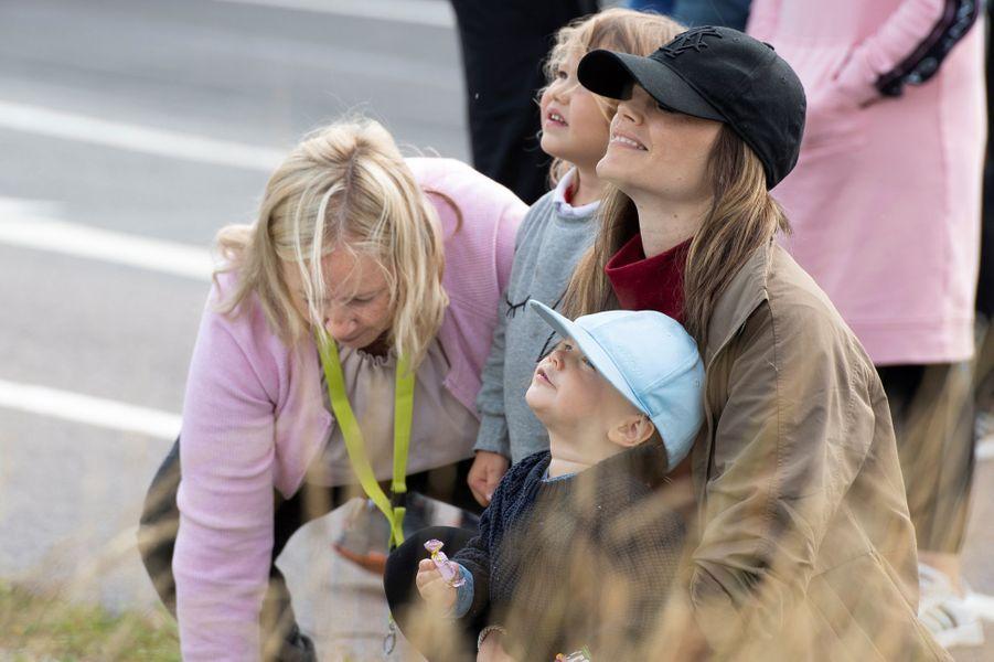 La princesse Sofia de Suède avec sa mère et ses fils sur le circuit suédois de Gellerasen, le 18 août 2019