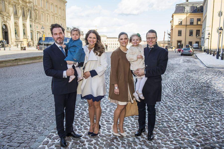 Les princesses Madeleine et Victoria de Suède avec leurs époux et leurs filles à Stockholm, le 21 mars 2015