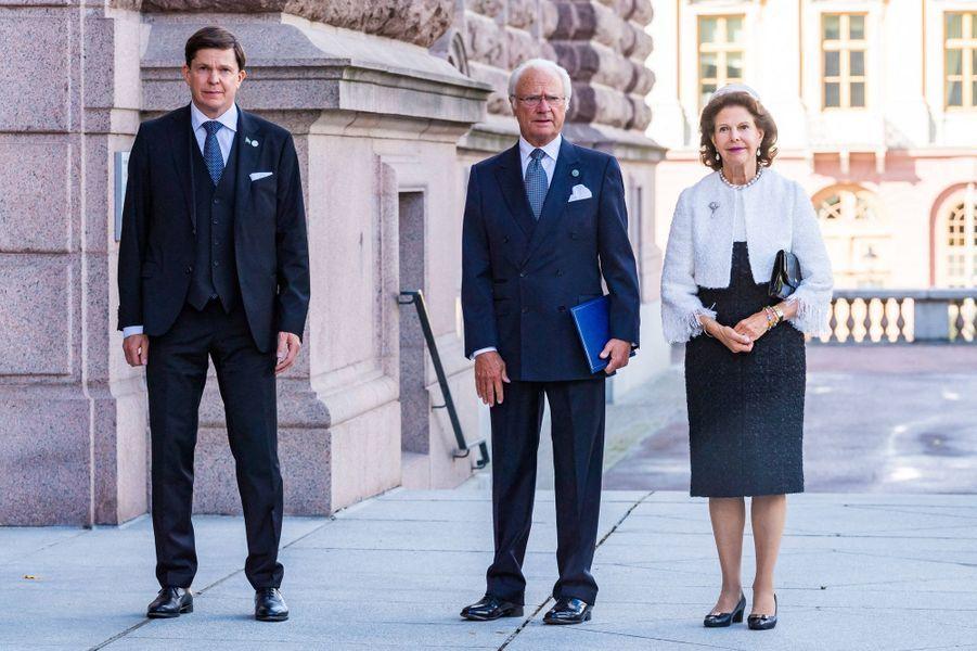 La reine Silvia et le roi Carl XVI Gustaf de Suède avec le président du Parlement Andreas Norlén à Stockholm, le 8 septembre 2020