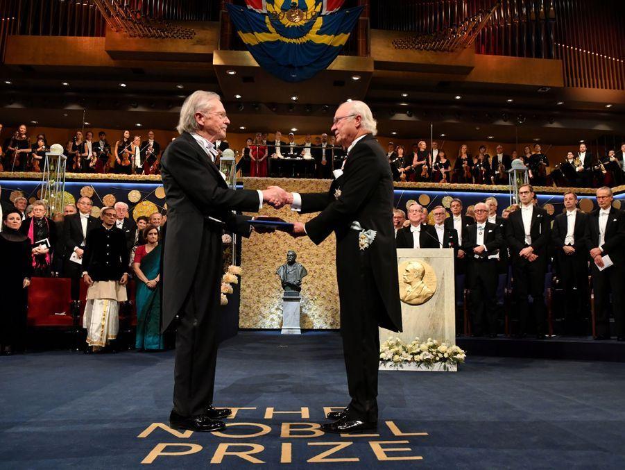 Le roi Carl XVI Gustaf de Suède remet le prix Nobel de littérature à Peter Handke à Stockholm, le 10 décembre 2019