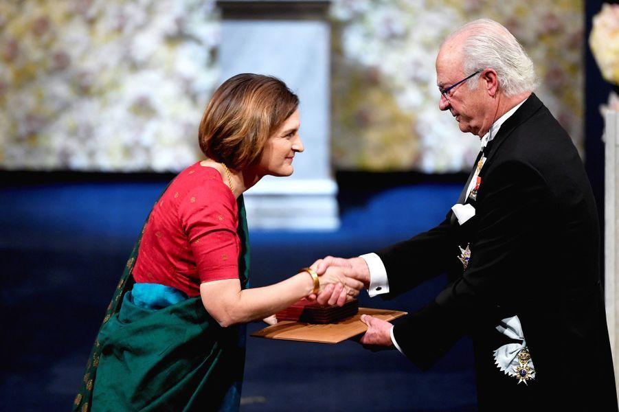 Le roi Carl XVI Gustaf de Suède remet le prix Nobel d'économie à la FrançaiseEsther Duflo à Peter Handke à Stockholm, le 10 décembre 2019