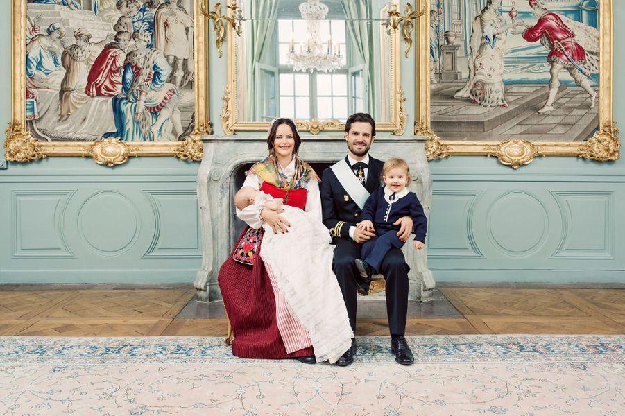 Photo officielle du baptême du prince Gabriel de Suède avec ses parents le prince Carl Philip et Sofia Hellqvist et son frère le prince Alexander