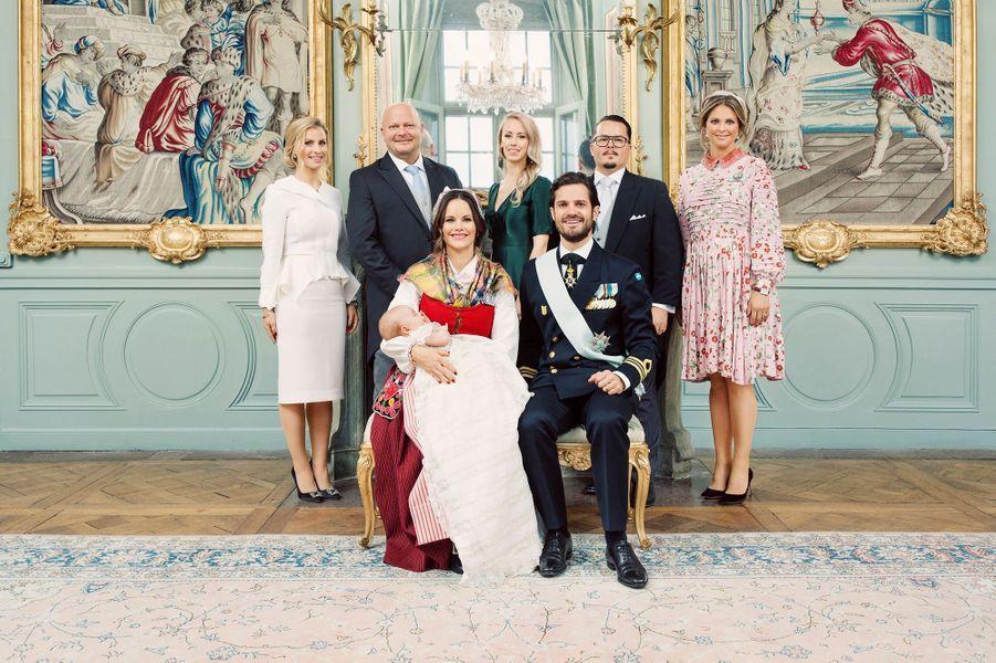 Photo officielle du baptême du prince Gabriel de Suède avec ses parents et ses parrains et marraines