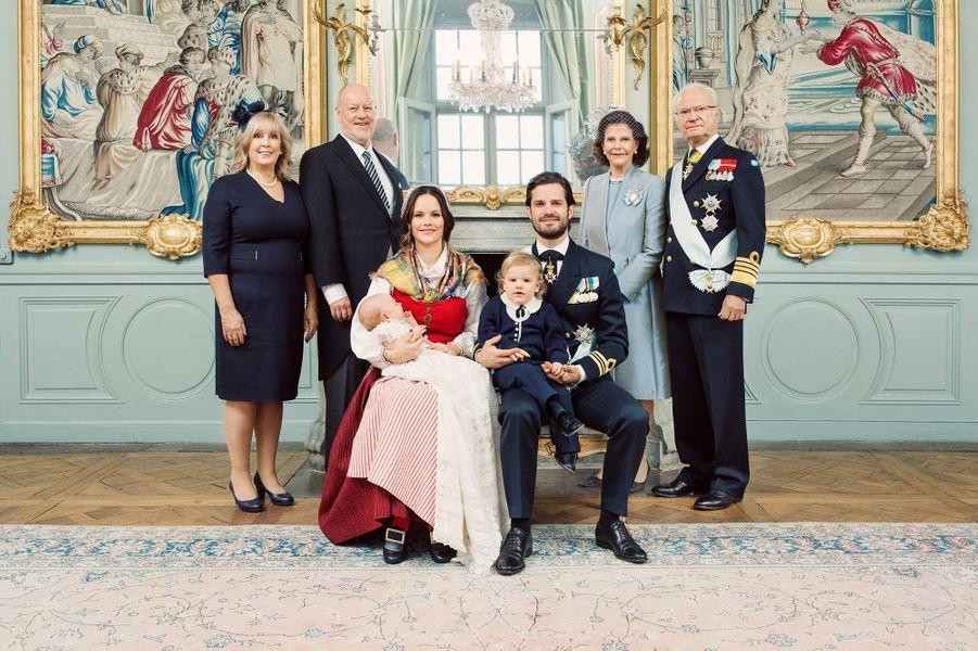Photo officielle du baptême du prince Gabriel de Suède avec ses parents et ses grands-parents maternel et paternel