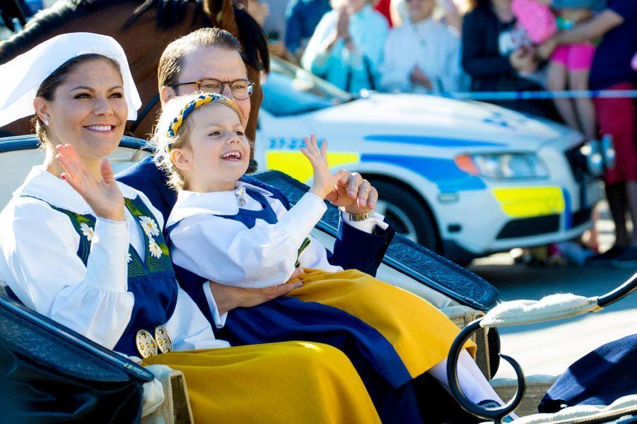 La princesse Victoria de Suède et le prince consort Daniel avec la princesse Estelle à Stockholm, le 6 juin 2017