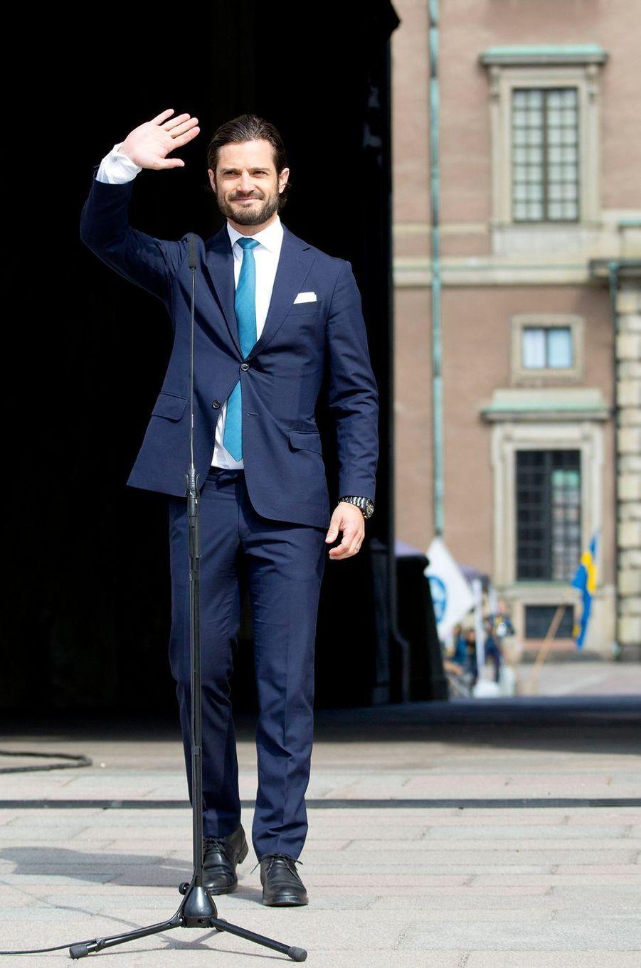 Le prince Carl Philip de Suède devant le Palais royal à Stockholm, le 6 juin 2017